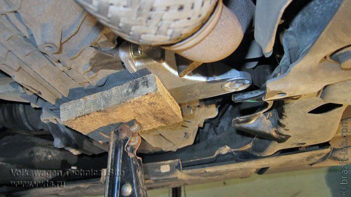 Замена кронштейна опоры МКПП 01W на VW Passat B5+