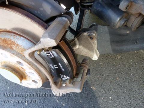 Замена задних тормозных колодок на VW Passat B6