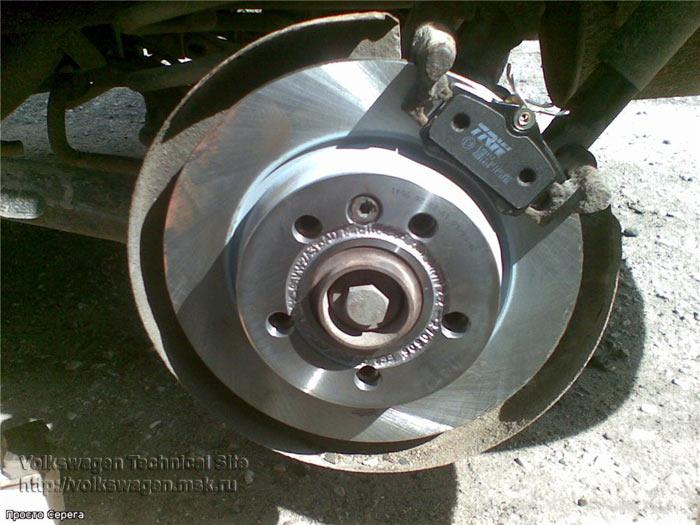Замена задних тормозных дисков и колодок Фольксваген Шаран