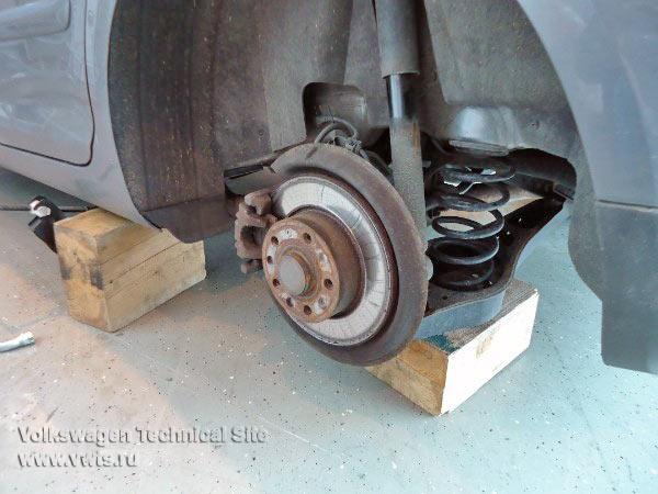 Замена задних аммортизаторов VW Golf